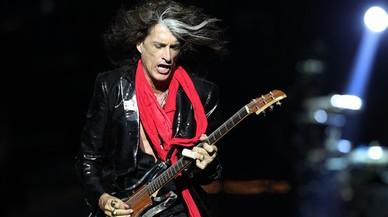 Joe Perry, d'Aerosmith, es desmaia a l'escenari