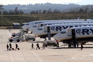 Pasajeros de Ryanair desembarcan de uno de los aparatos de la compañía en el aeropuerto de Girona.