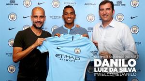 Danilo, con su nueva camiseta, flanqueado por Pep Guardiola y Ferran Soriano, entrenador y director ejecutivo del Manchester City, respectivamente.