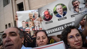 mbenach39488080 topshot protesters hold pictures of cumhuriyet journalists170810110023