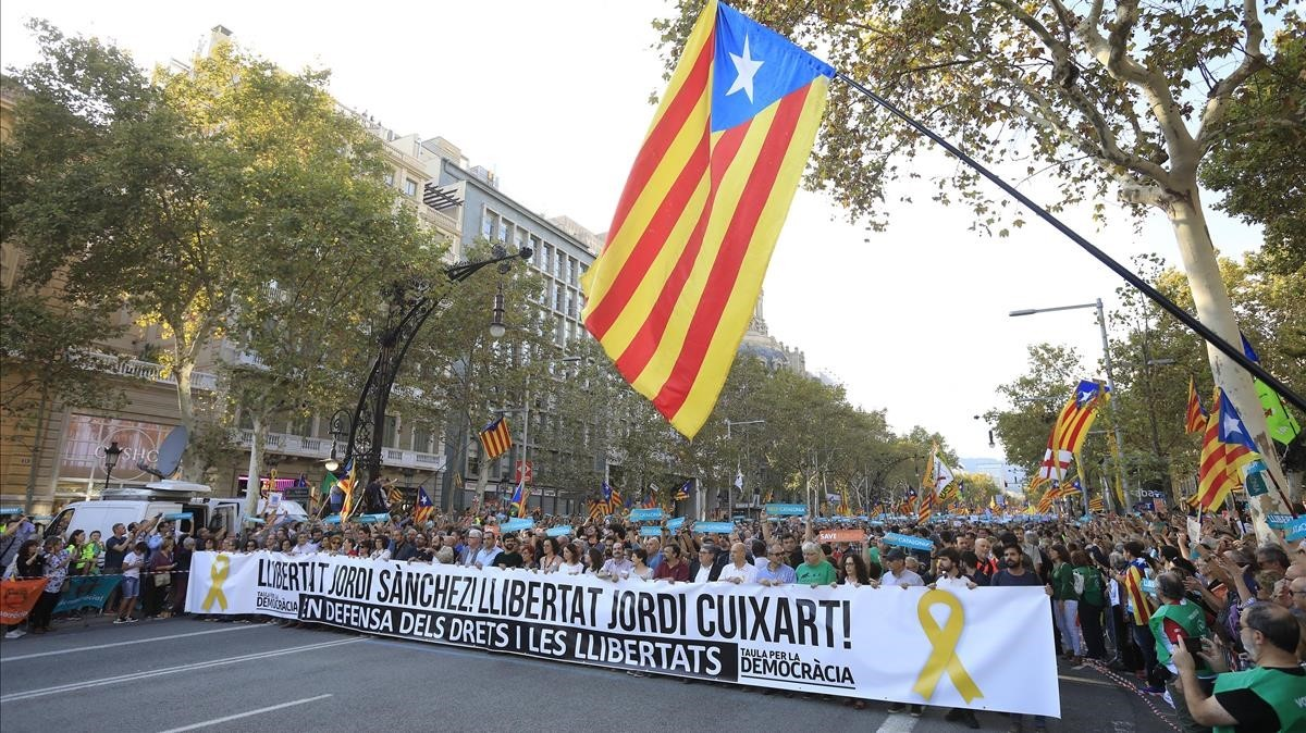Manifestación por la libertad de Jordi Sànchez y Jordi Cuixart en Paseo de Gracia.