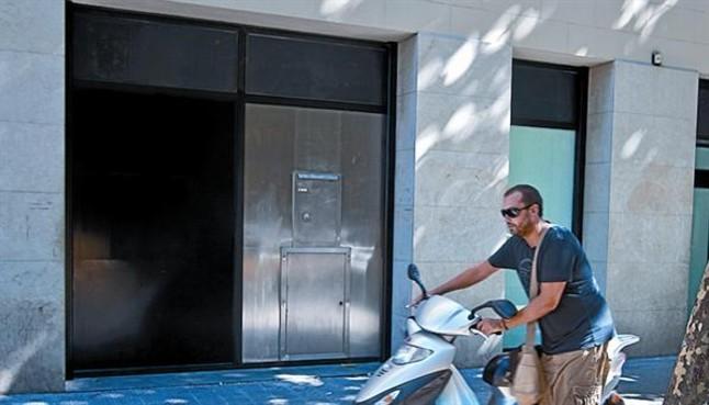 Las cajas aprovechan el verano para cerrar las oficinas for Cartel oficina