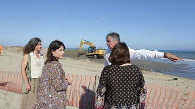 Gavà intenta salvar a su playa de la regresión con 40.000 metros cúbicos de arena