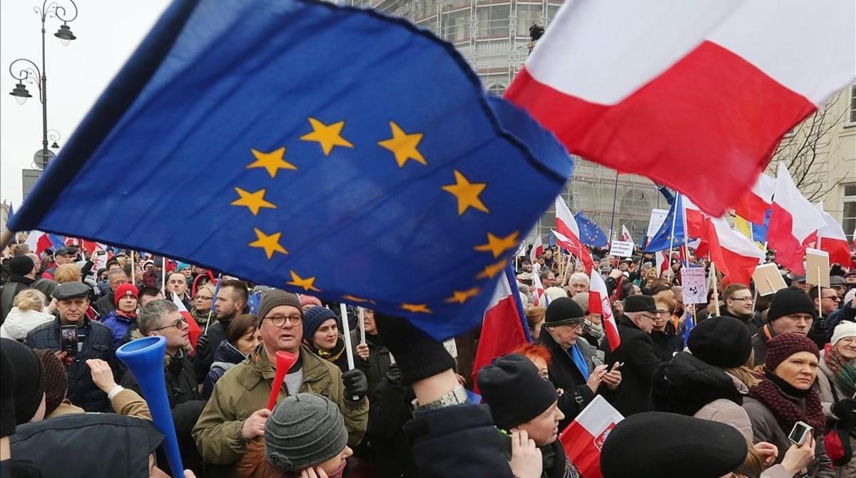 Miles de polacos protestan contra la deriva autoritaria del Gobierno