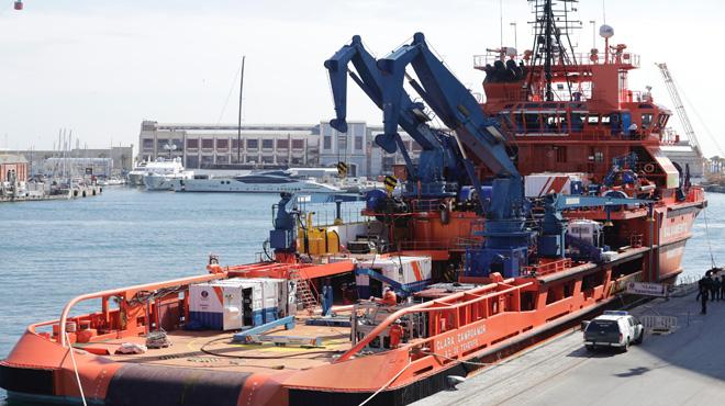 """El buque de salvamento marítimo """"Clara Campoamor"""" ultima la instalación del ROV Comanche"""