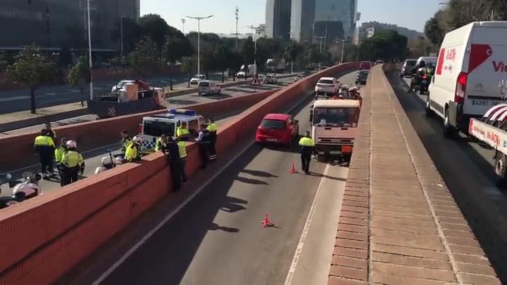 Detingut un home que ha conduït un camió de butà contra direcció.