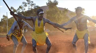 Los aborígenes australianos reivindican sus derechos al pie del mítico monte Uluru