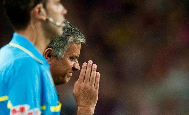 Polémico gesto de Mourinho después de que Messi pasara por su lado en la vuelta de la Supercopa de España.