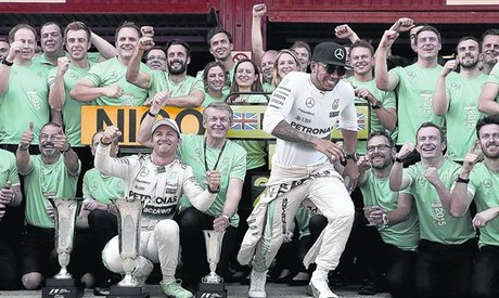 Hamilton escapa a la lluvia de cava en Barcelona tras la victoria de Rosberg.