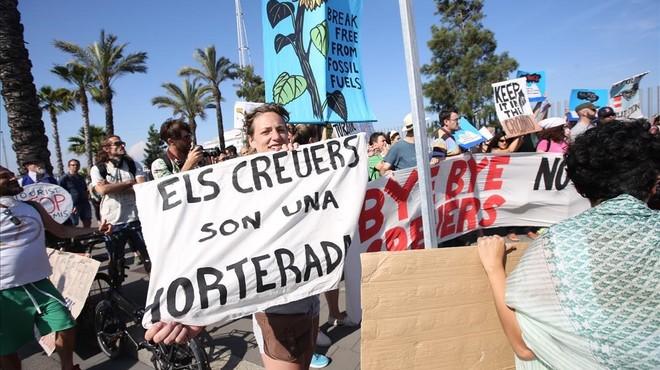 Unes 200 persones protesten contra el supercreuer