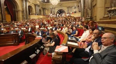 El Parlament desafia el Constitucional en un clima de tensió