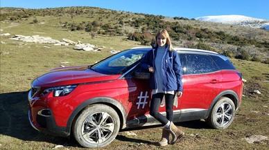 Alba Carrillo, junto a uno de modelos de Peugeot.