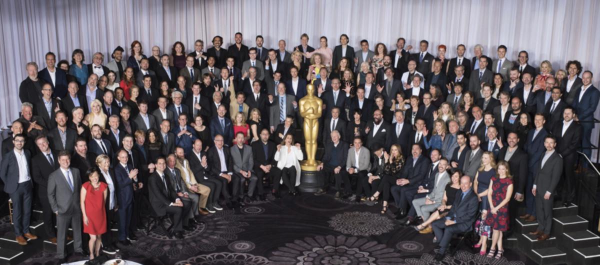 Los nominados a los Oscar posan para la foto de familia durante el tradicional almuerzo para los candidatos en el Hotel Beverly Hilton, de Beverly Hills.