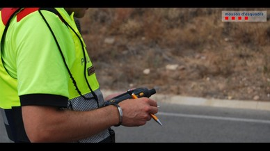 Enxampat per parlar pel mòbil un conductor begut, drogat i amb el carnet suspès