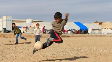 Niños iraquíes refugiados que huyeronde Mosul, juegan en el campo de Khazer, Irak.