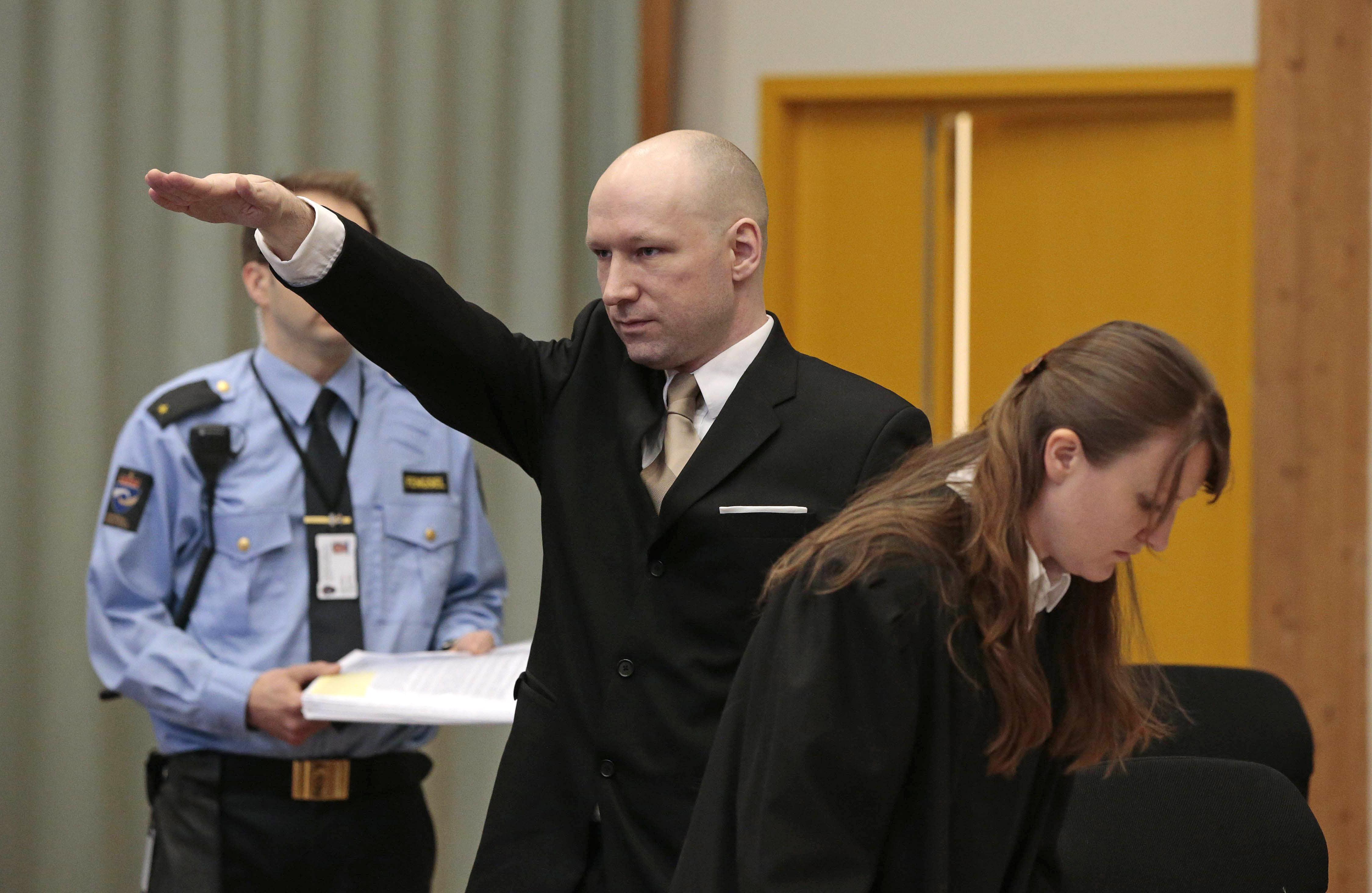 Saludo nazi de Andreas Breivik a su llegada al juicio.