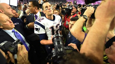 Tom Brady luce la famosa camiseta desaparecida.