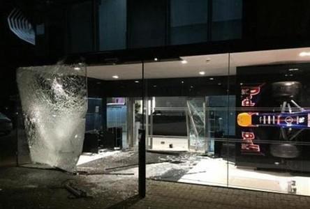 Una de las paredes de vidrio de la sede de Red Bull en Milton Keynes, reventada.