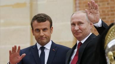 Macron con Putin a su llegada a París.