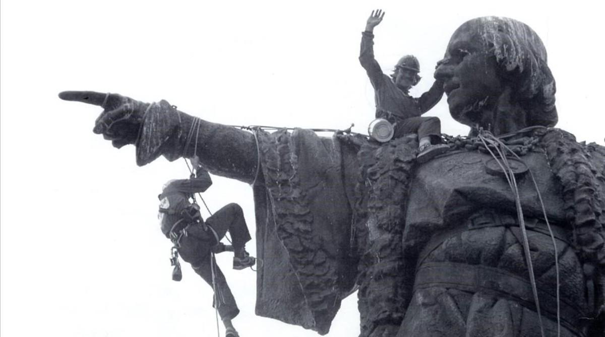 Limpieza de la estatua de Cristóbal Colón antes de la celebración de los Juegos Olímpicos.