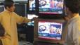Ciudadanos paquistanís siguen las últimas informaciones sobre la muerte del líder de Al Qaeda a través de unos televisores de una tienda de Quetta, en Pakistán.