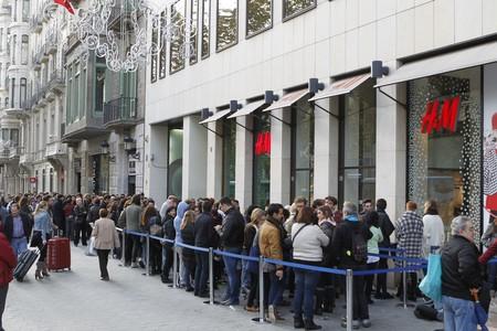 Cola ante la tienda de H&M de Paseo de Gracia, este jueves, antes de la apertura.