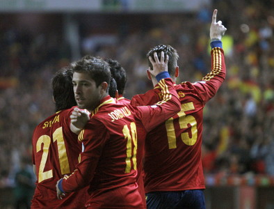Jordi Alba celebra el gol de Sergio Ramos ante Finlandia el viernes. EFE
