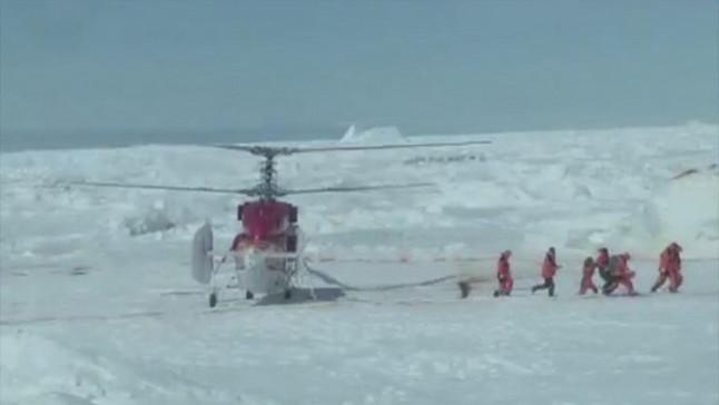 Los equipos de rescate descienden del helicóptero y se dirigen a evacuar al pasaje atrapado en el barco ruso.