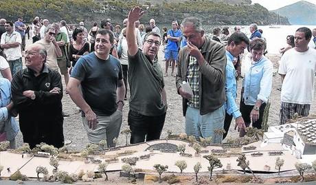 Dos de los hermanos Roca, Joan (brazo en alto) y Josep (a su derecha), ayer con el arquitecto de El Bulli Foundation, Enric Ruiz-Geli, en Cala Montjoi.