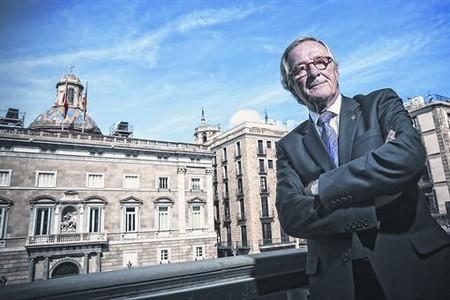 L'alcalde Xavier Trias, al balc� de l'ajuntament amb la Generalitat al fons, despr�s de l'entrevista concedida a EL PERI�DICO.