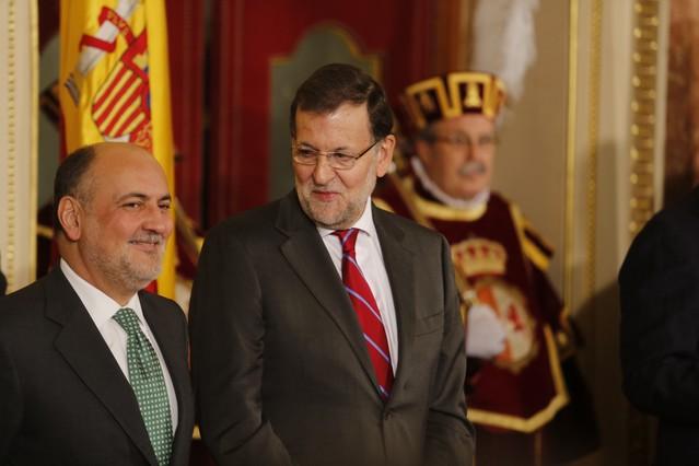 Mariano Rajoy habla con el presidente del Constitucional, Francisco Pérez de los Cobos, durante los actos con motivo del aniversario de la Carta Magna.