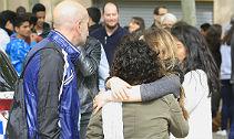 Familiares de los alumnos el IES Joan Fuster, a las puertas del centro, esta ma�ana.