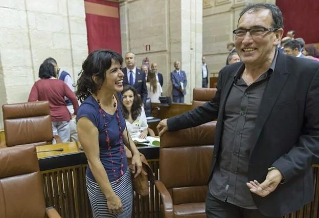 El portavoz adjunto de Podemos en el Parlamento andaluz, José Luis Serrano, junto a la líder de la formación morada en Andalucía, Teresa Rodríguez.