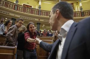El líder de PSOE, Pedro Sánchez, saludando al secretario general de Podemos, Pablo Iglesias, en el Congreso