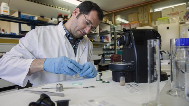 Las ciencias adelantan en Espa�a. Cromatograf�as con una cafetera Nespresso.