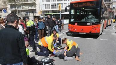 En estat crític una ciclista envestida per un autobús de línia a Barcelona