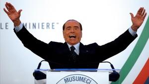 Berlusconi, en un mitin en Catania, el 2 de noviembre.