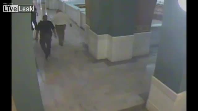 Un vídeo mostra un acusat de triple assassinat llançant-se d'un quart pis a Ohio