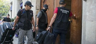 Agentes de la Guardia Civil entran a registrar la sede de CatDem, fundaci�n vinculada a Converg�ncia, este viernes.