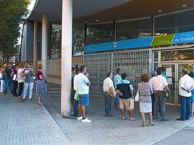 Cola de parados en una oficina del Servei d'Ocupació de Catalunya (SOC) en Terrassa.