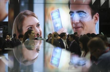 Ambiente en el Mobile World Congress el primer dia de la feria.