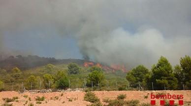Els bombers controlen l'incendi de Calafell