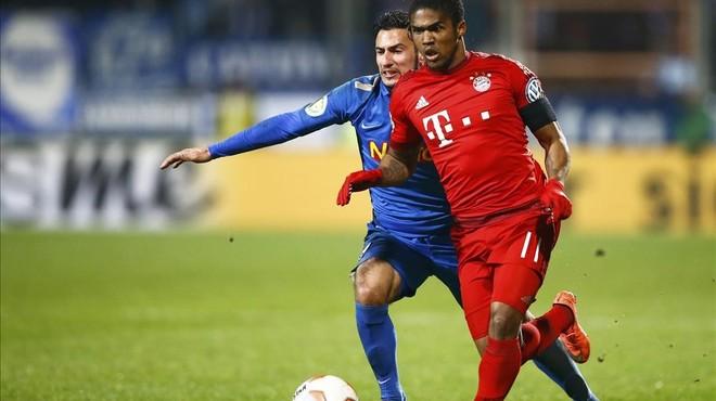 Douglas Costa, durante un encuentro con el Bayern