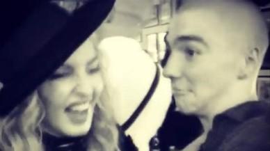 Així balla salsa Madonna amb el seu fill