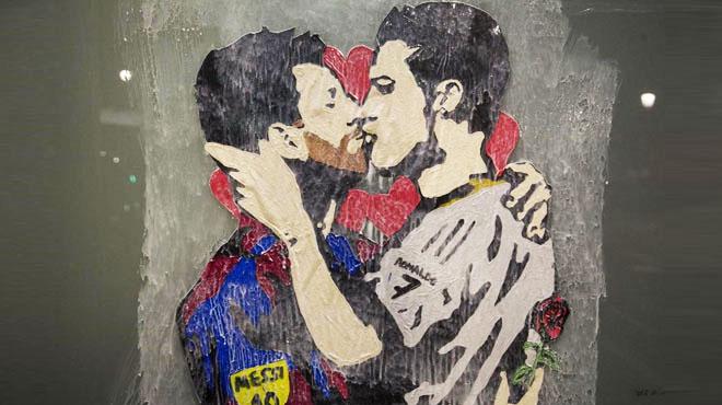 Barcelona amanece con un apasionado beso entre Messi y Ronaldo