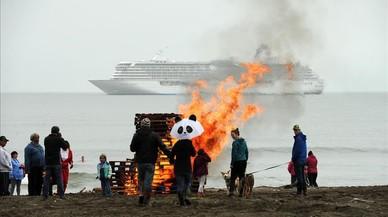 Vecinos de la localidad de Nome, en el mar de Bering, observan a lo lejos del crucero 'Crystal Serenity'. Las hogueras se encienden para dar calora los ba�istas que salen de las g�lidasaguas.
