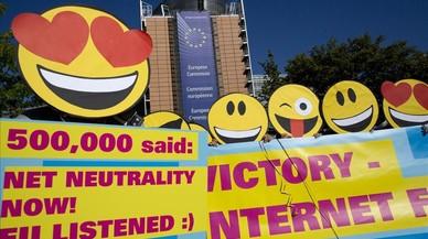 Protesta de unos activistas ante la sede dela UE en Bruselas para reclamar que internet sea libre y gratuita.