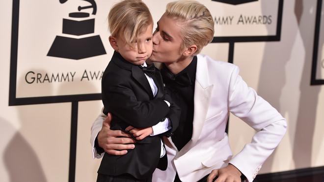 El germà petit de Justin Bieber, estrella en els premis Grammy