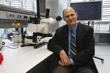 Juan Carlos Izpisúa, en un dels laboratoris del Centre de Medicina Regenerativa de Barcelona.