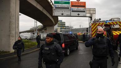 Abatut un home després d'intentar robar el fusell a una militar a l'aeroport parisenc d'Orly